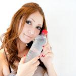 ケイ素水で関節痛を改善するためシリカ水の水溶性ケイ素ドリンクを飲む
